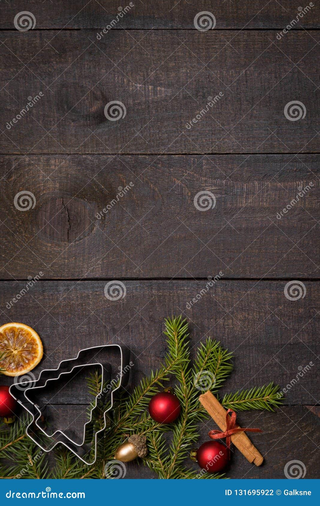 Table en bois rustique foncée flatlay - fond de Noël avec le cadre de branche de décoration et de sapin Vue supérieure avec l esp