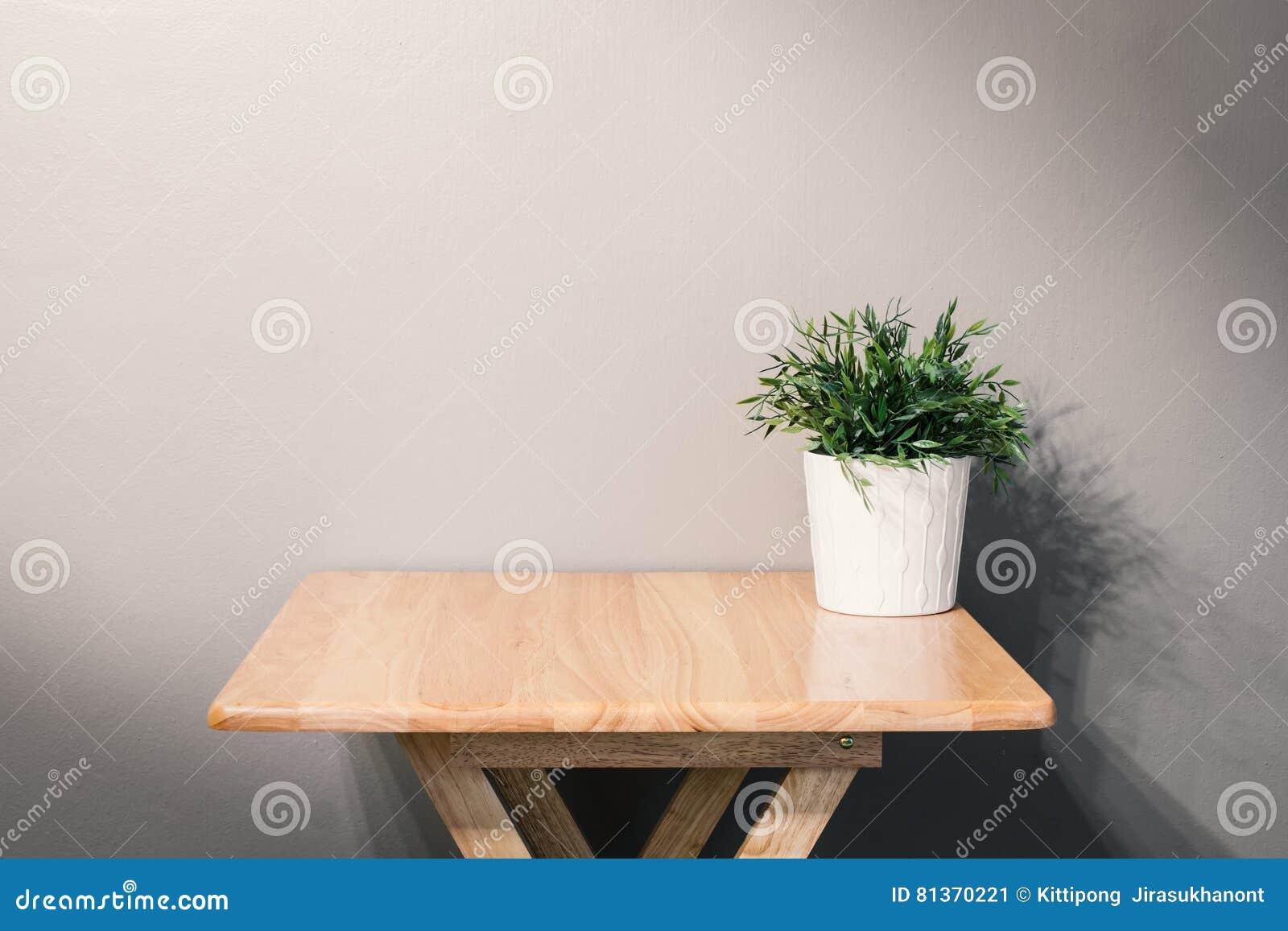 Pot Plante En Bois table en bois vide avec la plante en pot image stock - image