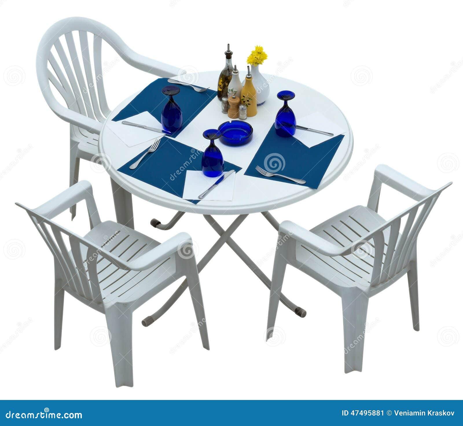 Table En Plastique Avec Des Chaises D Isolement Sur Le Blanc