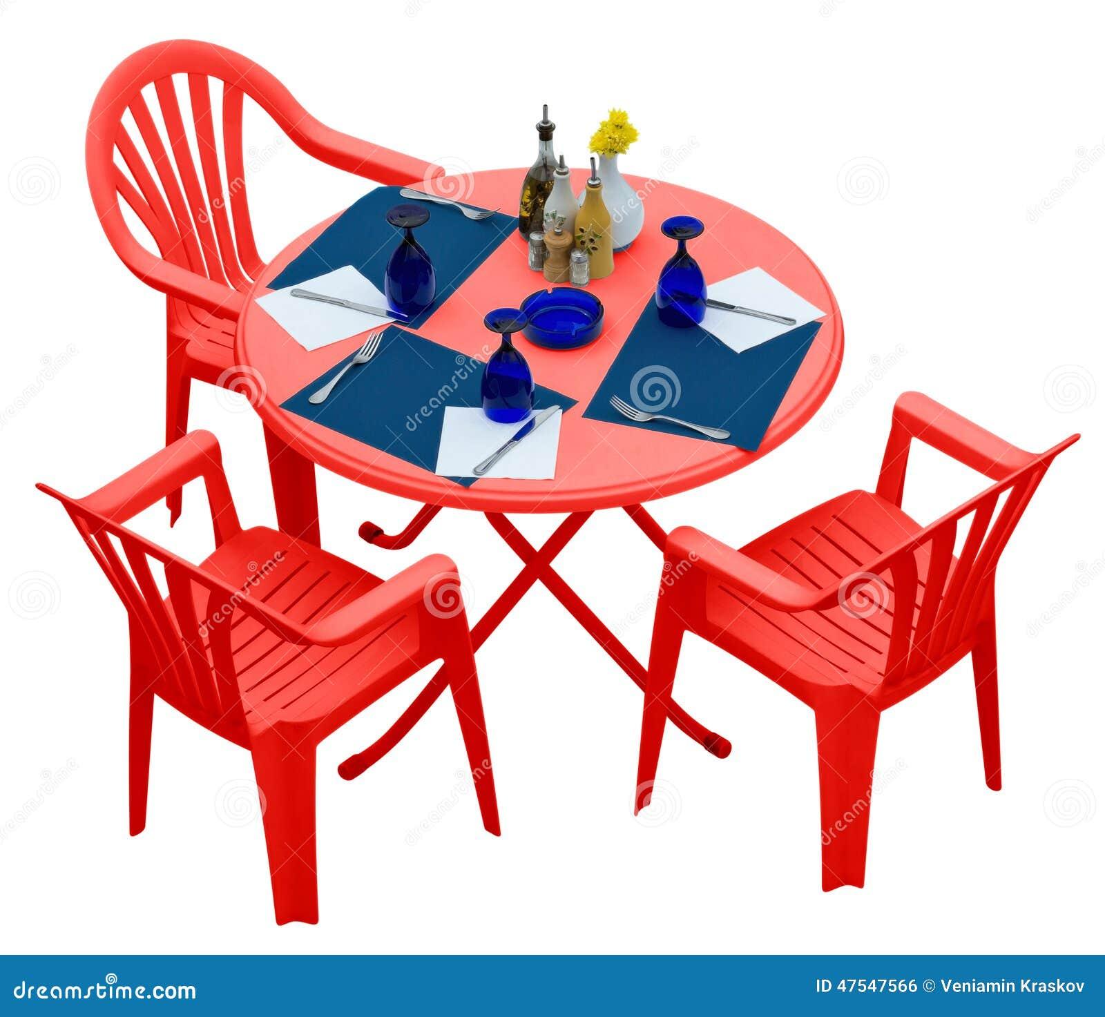 Table En Plastique Rouge Avec Des Chaises D Isolement Sur Le Blanc