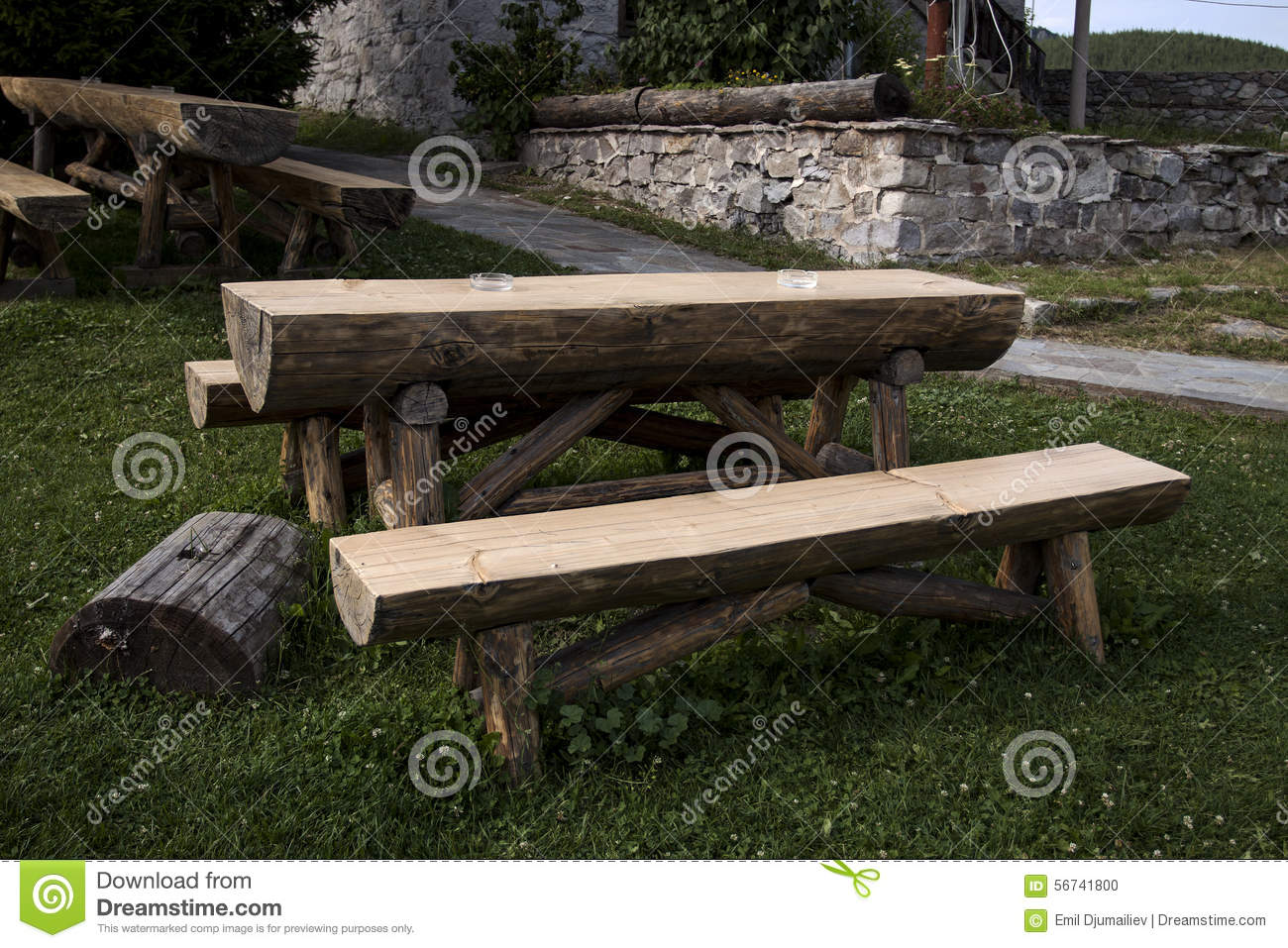 Table et banc en bois de jardin photo stock image 56741800 for Bancs de jardin en bois