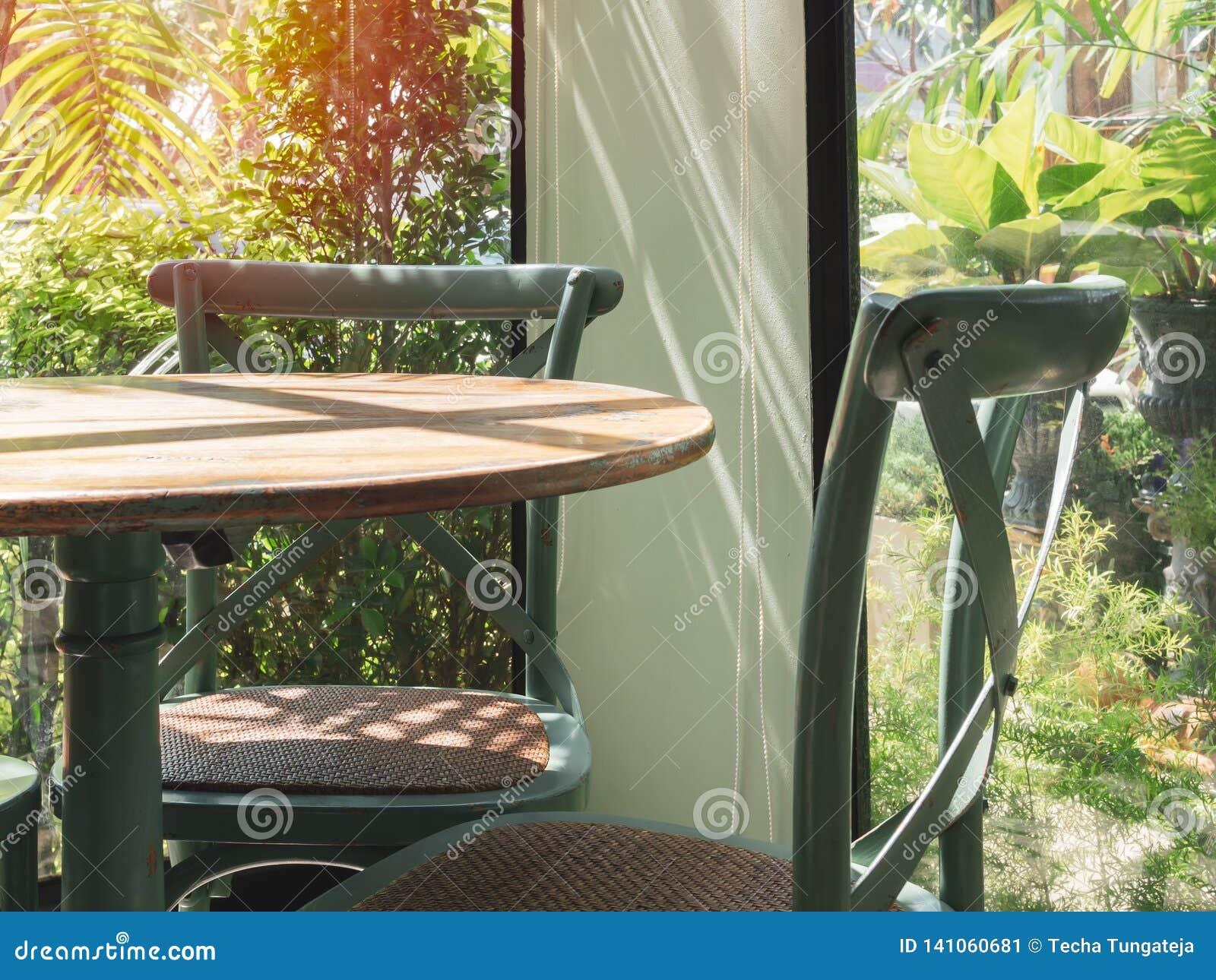 Table Et Chaise En Bois De Cru Dans La Chambre En Verre Près ...