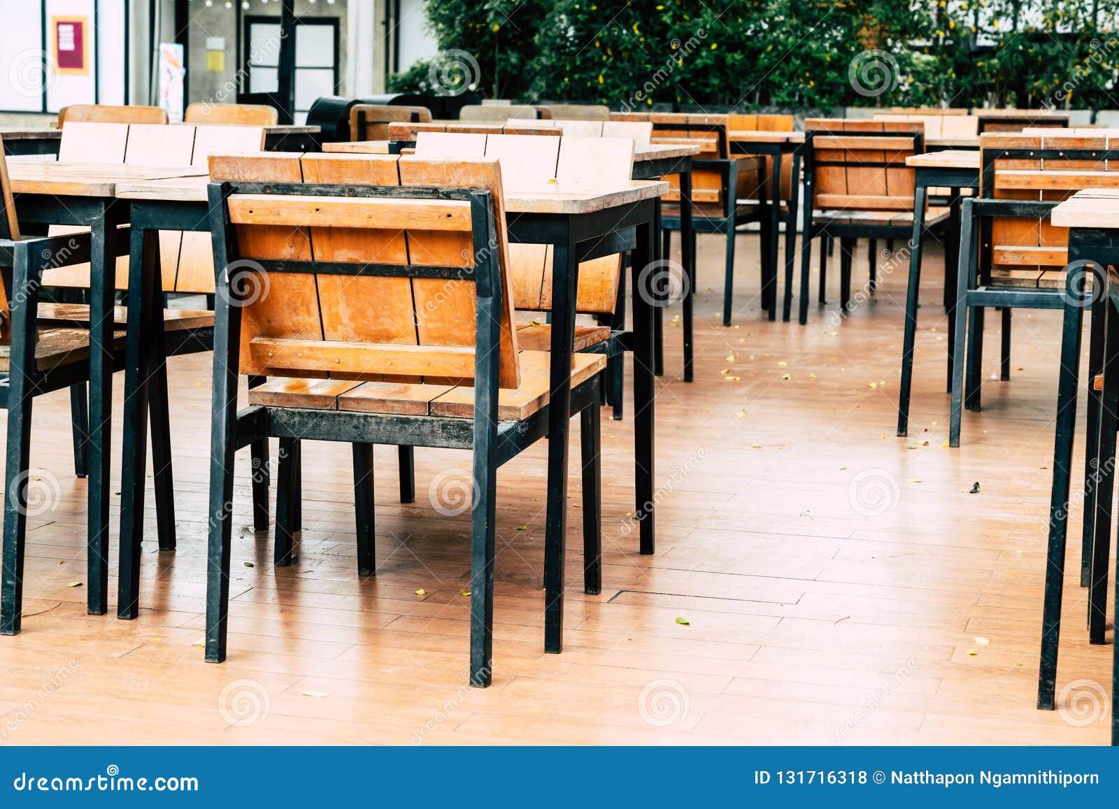 Table Bois Chaise En Photo Extérieur Et Vides Dans Le Restaurant NnOyvPm08w