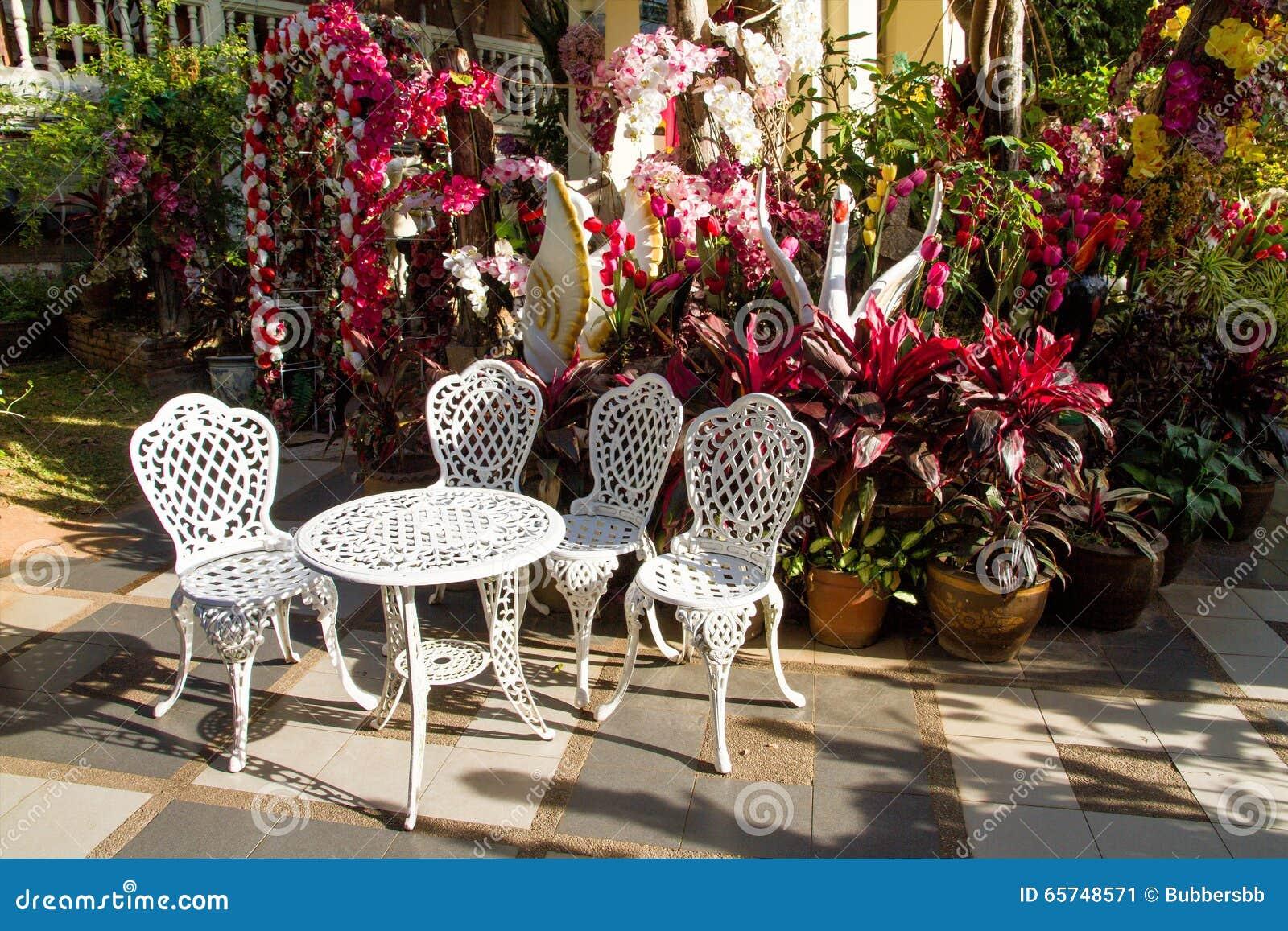 Table Et Chaises Blanches De Jardin De Fer De Vintage Dans Le Jardin ...