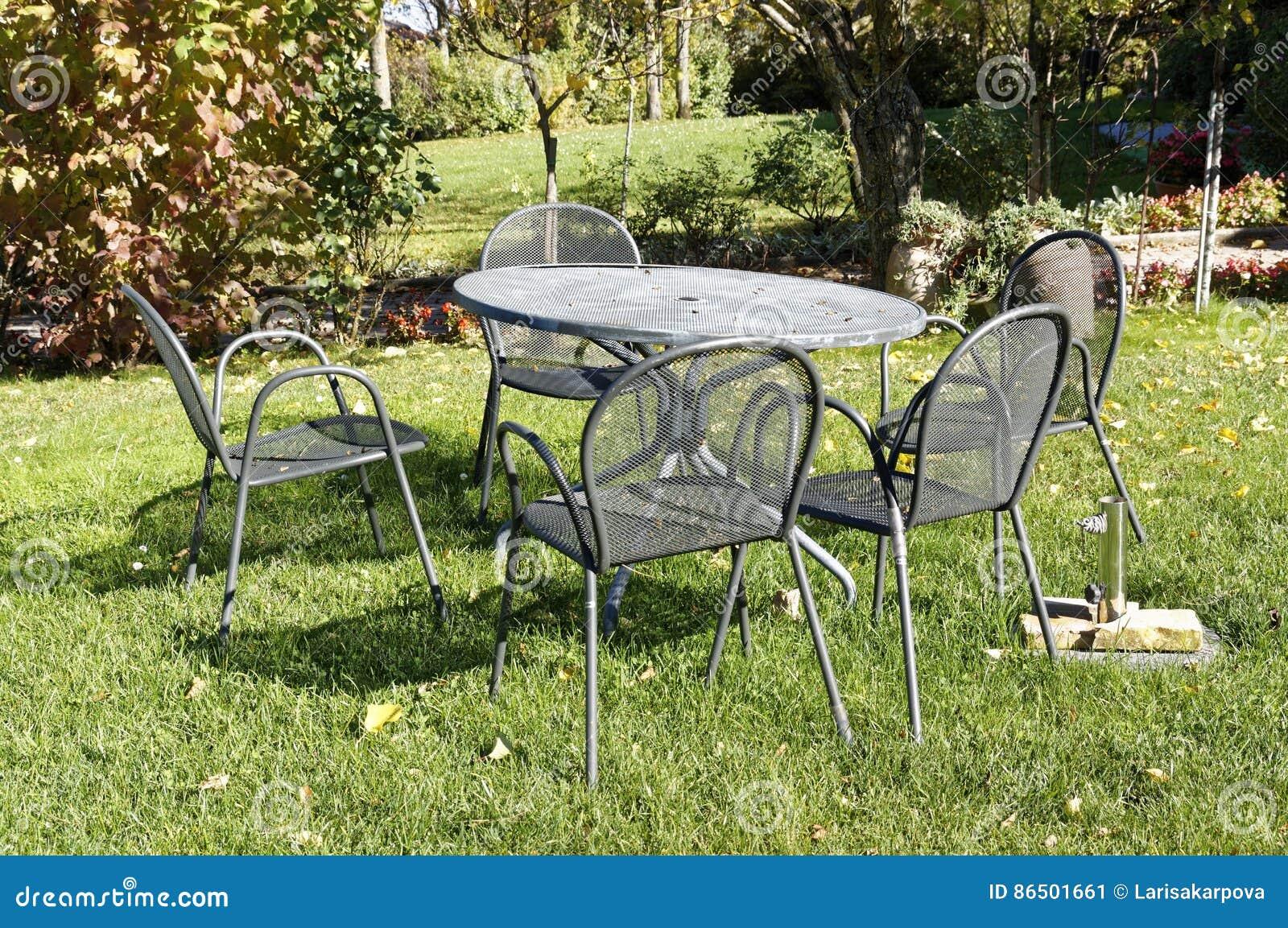 Table Et Chaises De Fer Travaillé De Vintage Pour Le Pique-nique ...