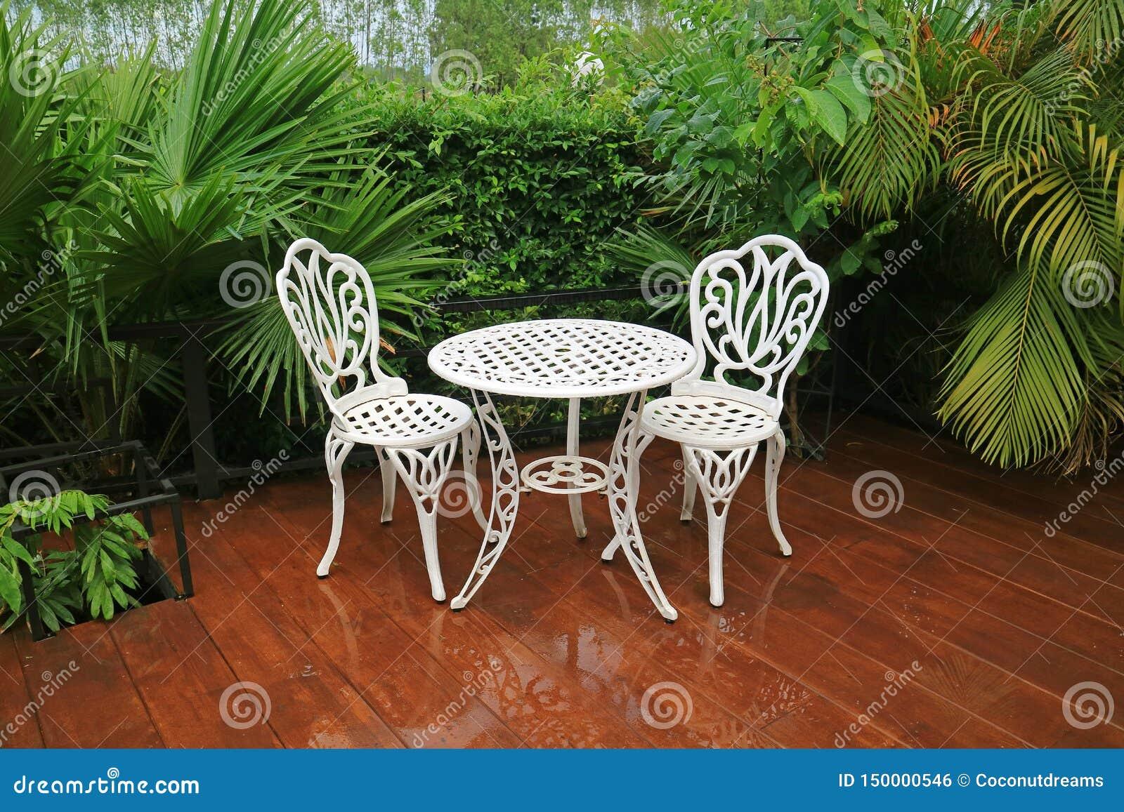 Table Et Chaises De Thé Blanches Vides De Jardin De Fer ...