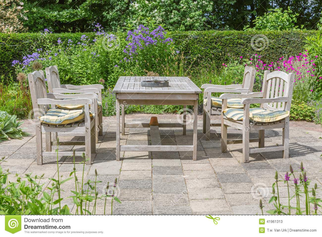 table et chaises en bois dans un jardin d 39 agr ment photo stock image 41961313. Black Bedroom Furniture Sets. Home Design Ideas