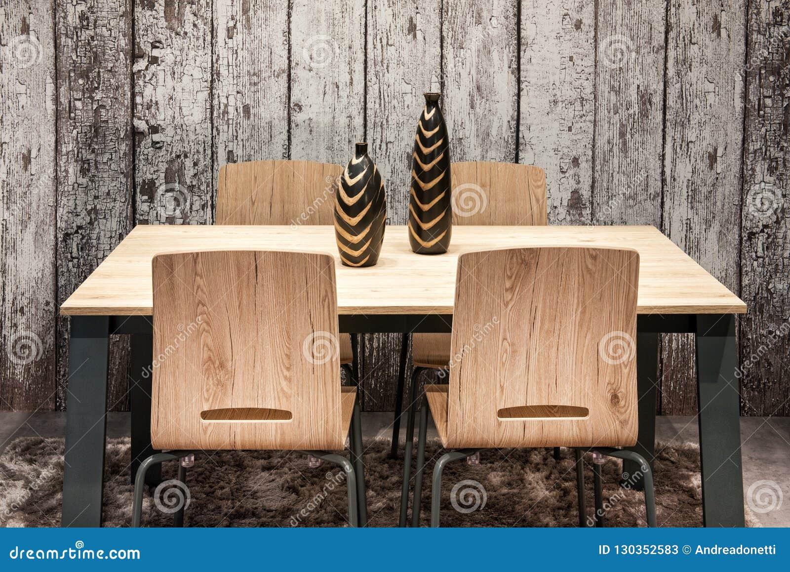 Table Et Chaises En Bois Modernes Avec Des Vases Image Stock