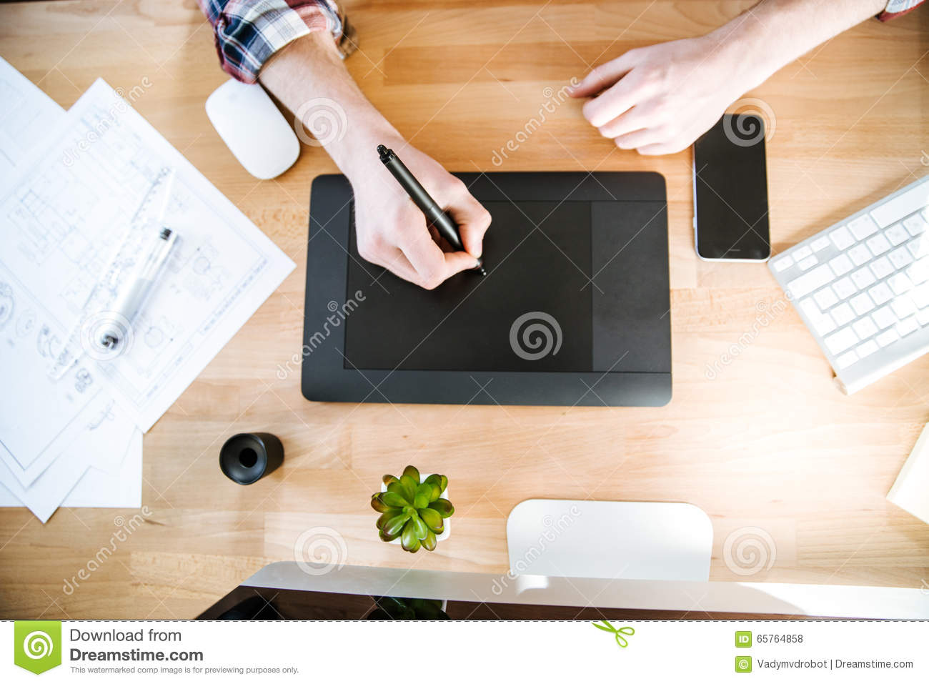 Table of graphic designer using pen tablet with stylus for Table graphic design