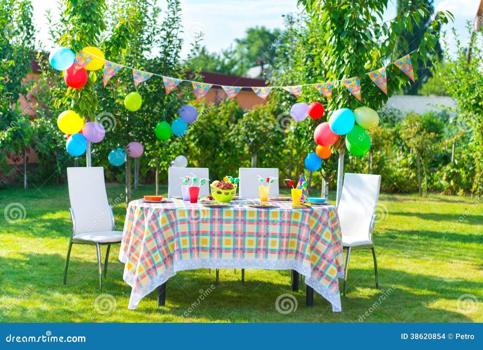 table pr par e d 39 anniversaire images stock image 38620854. Black Bedroom Furniture Sets. Home Design Ideas