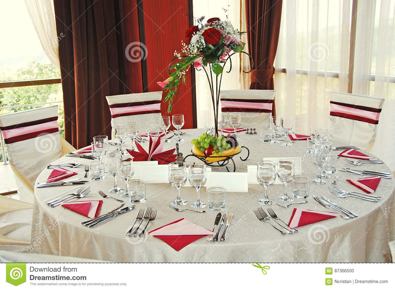 table romantique de mariage restaurant d 39 int rieur. Black Bedroom Furniture Sets. Home Design Ideas