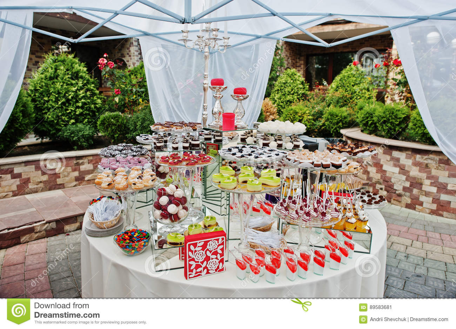 Table Ronde De Restauration De Mariage Avec Différents Bonbons Extérieurs