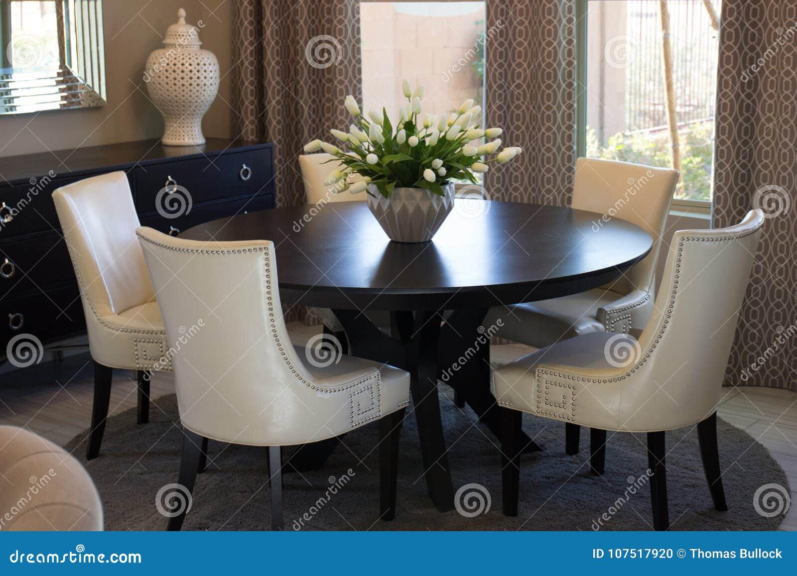 Table Ronde Et Chaises De Salle à Manger Photo stock - Image ...