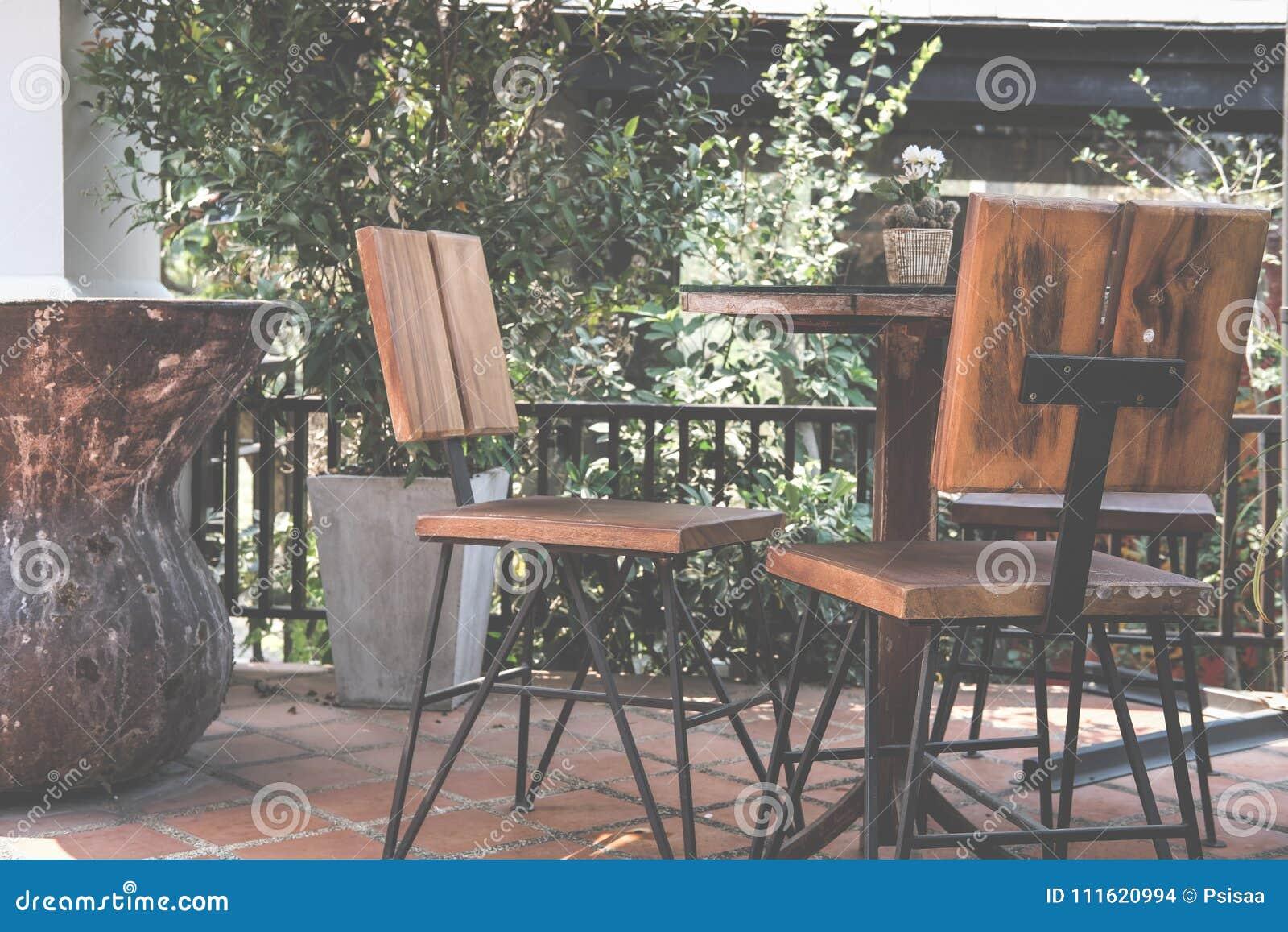 Table Ronde Sur La Terrasse De La Maison Chaise En Bois Sur Le Patio ...