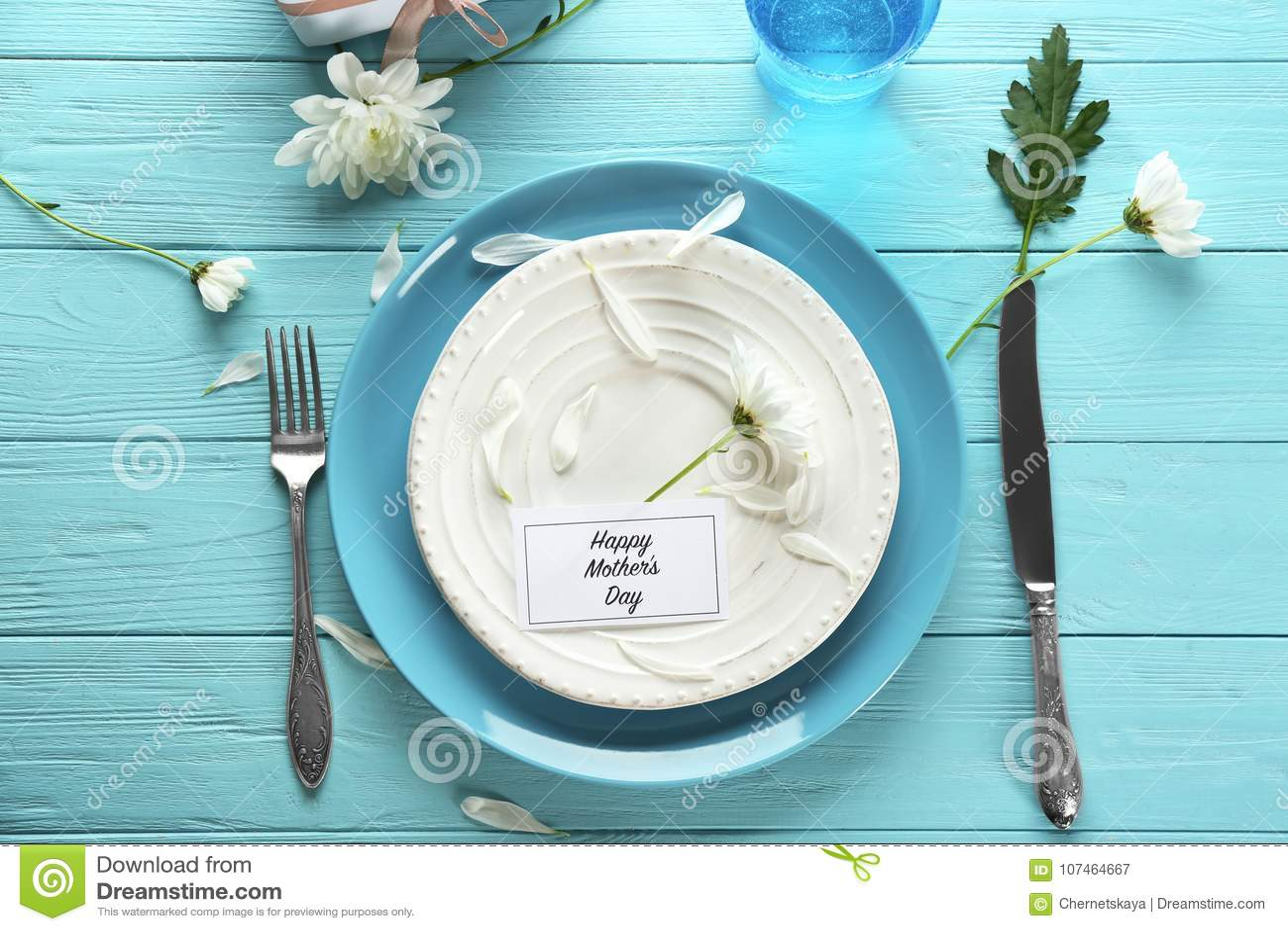 Table servie pour le dîner de jour du ` s de mère