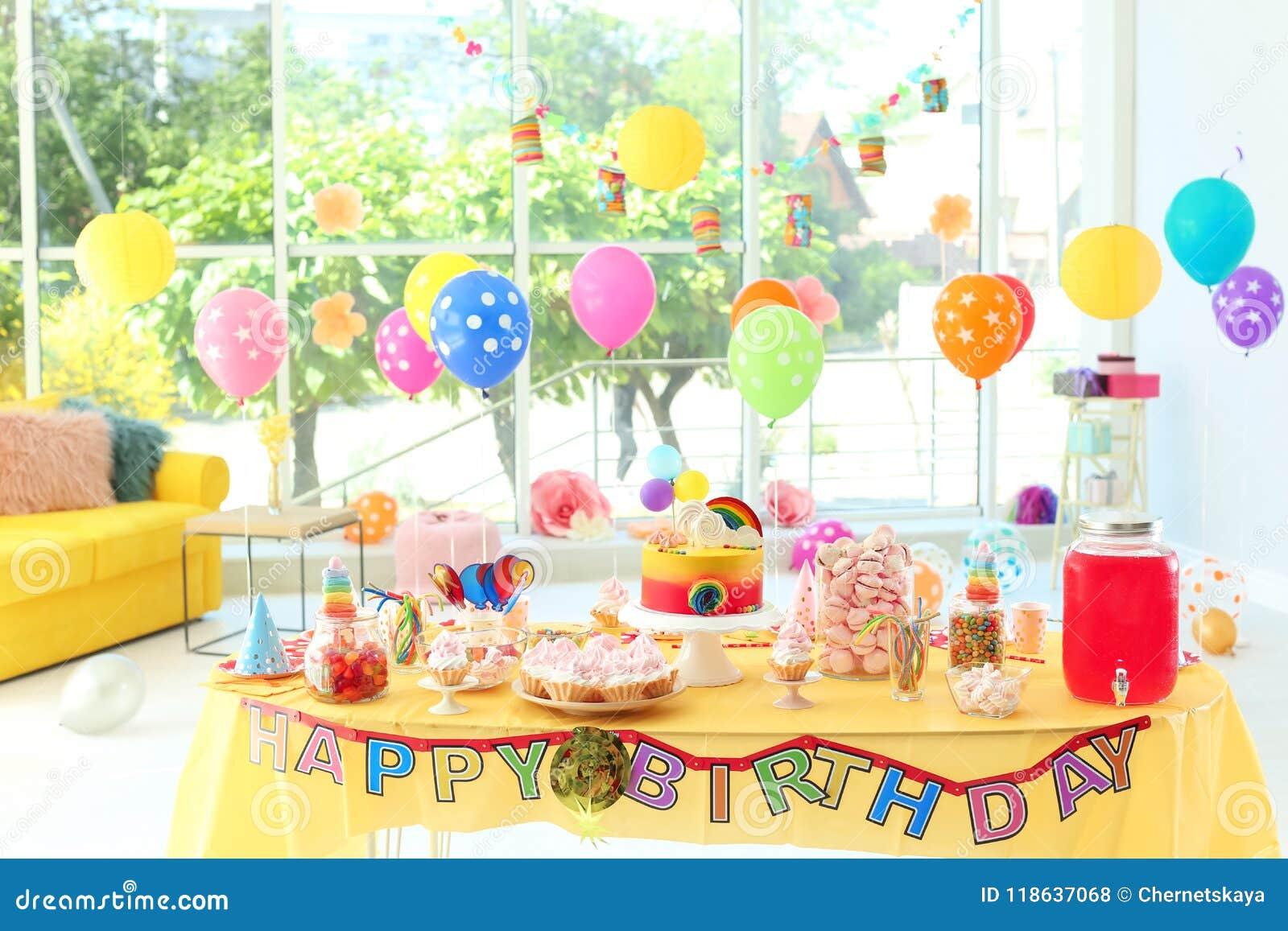Tableau avec le gâteau d anniversaire et les festins délicieux