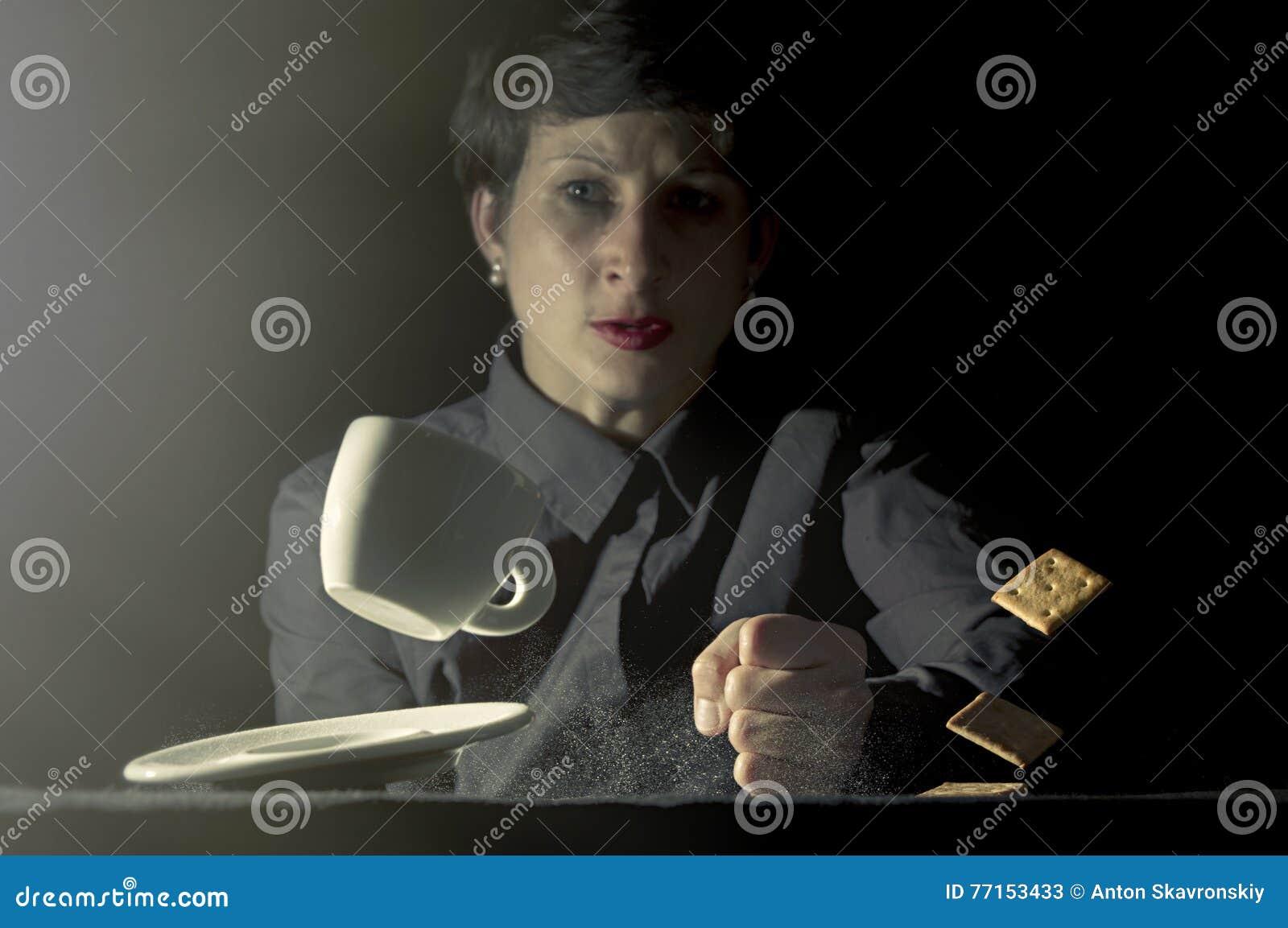 Tableau avec le poing de la femme