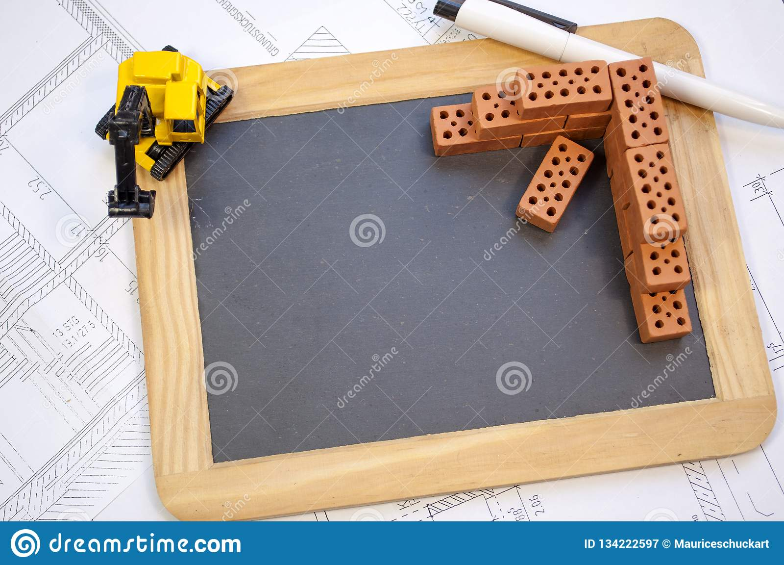 Tableau avec une excavatrice sur un modèle de plan de construction