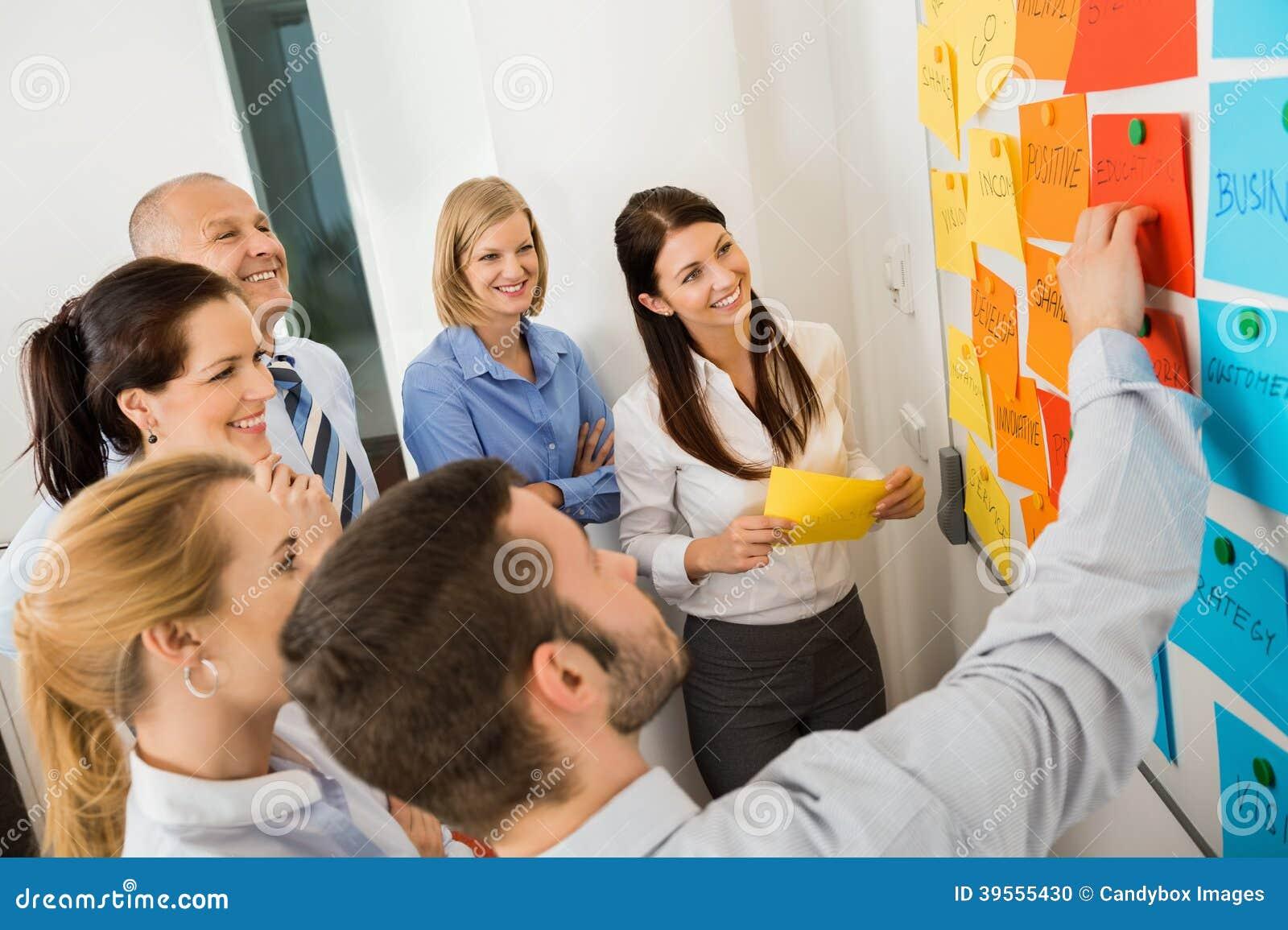 Tableau blanc d Explaining Labels On d homme d affaires