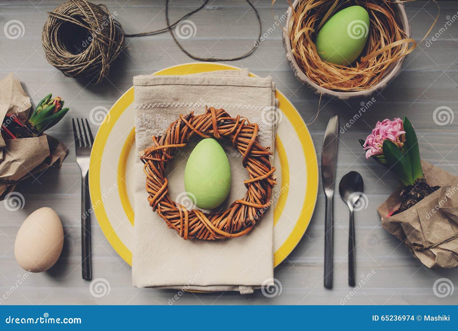Tableau décoré pour Pâques avec des oeufs, des fleurs de jacinthe et la guirlande faite main