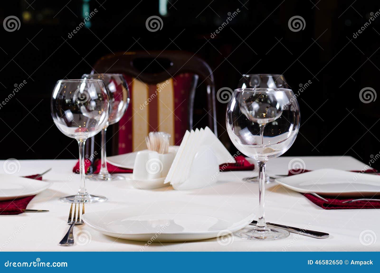 Tableau dans le restaurant de fantaisie réglé pour le dîner