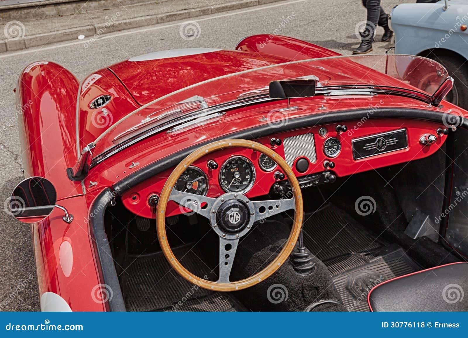 Tableau de bord d 39 une vieille voiture de course photo for Interieur d une voiture