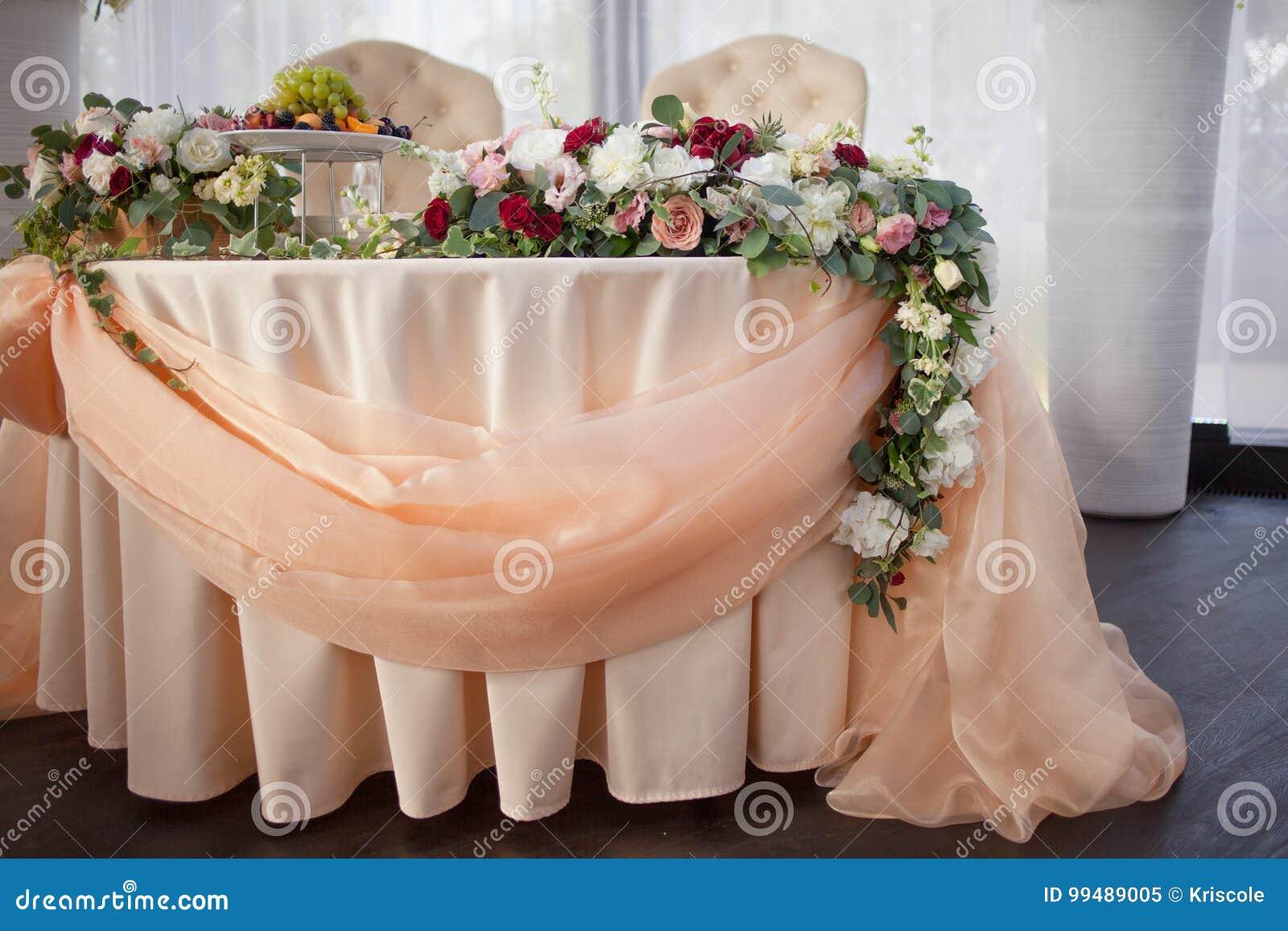 Tableau des jeunes mariés dans le restaurant Décor de mariage, fleurs