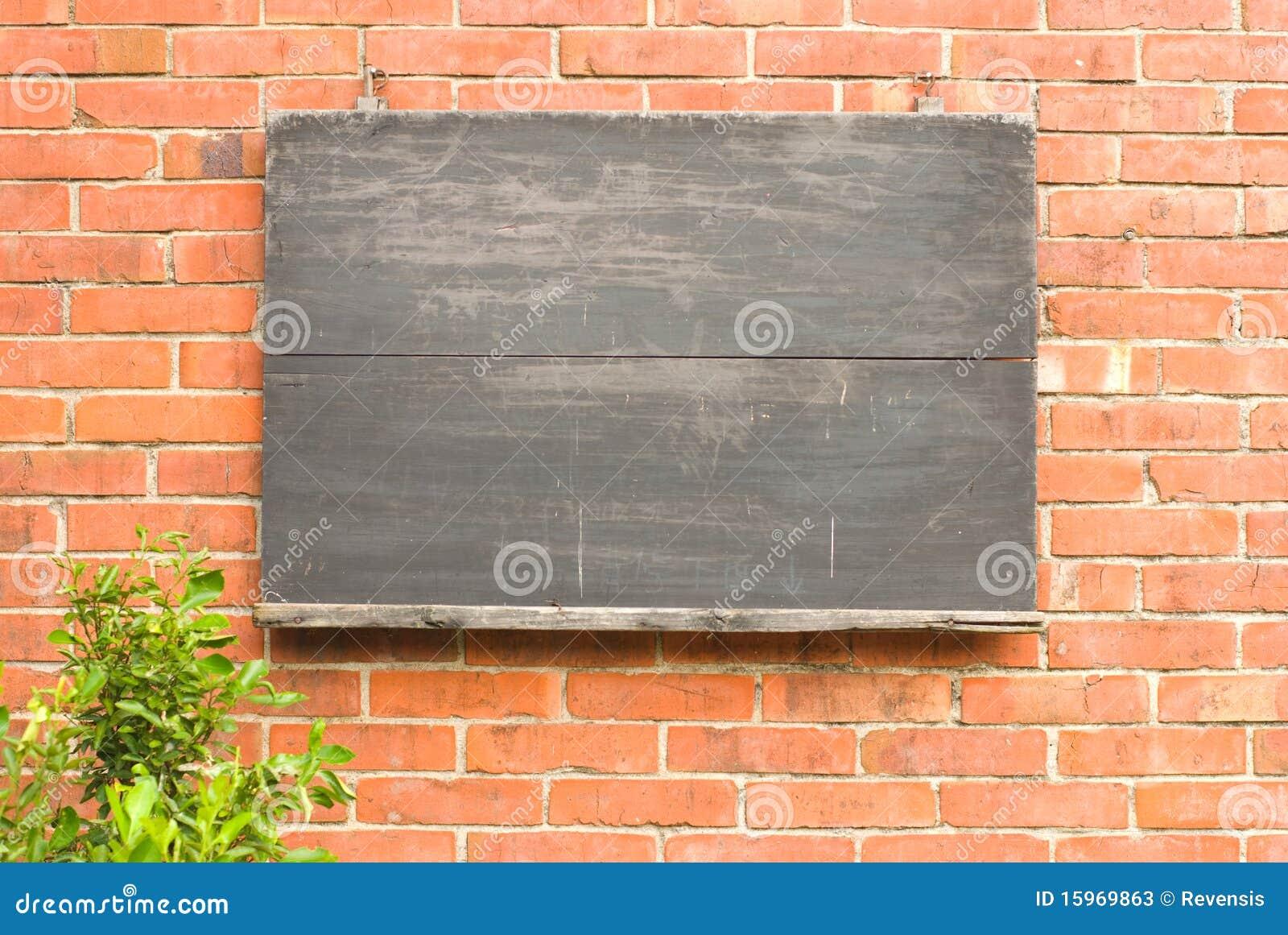 Tableau noir g sur le mur de briques rouge photos stock - Mur tableau noir ...