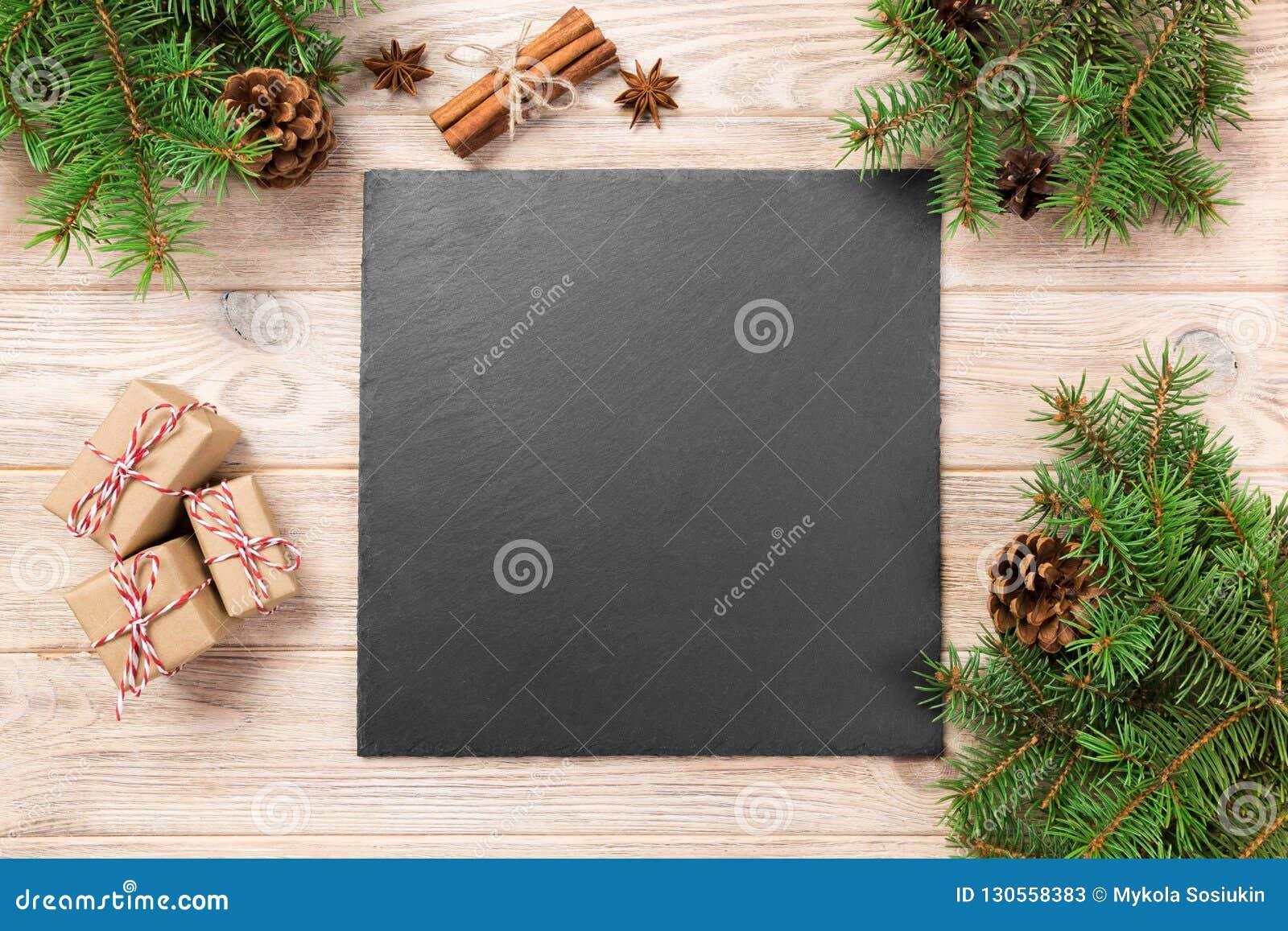 Tableau Noir D\'ardoise Sur La Table En Bois Avec La ...