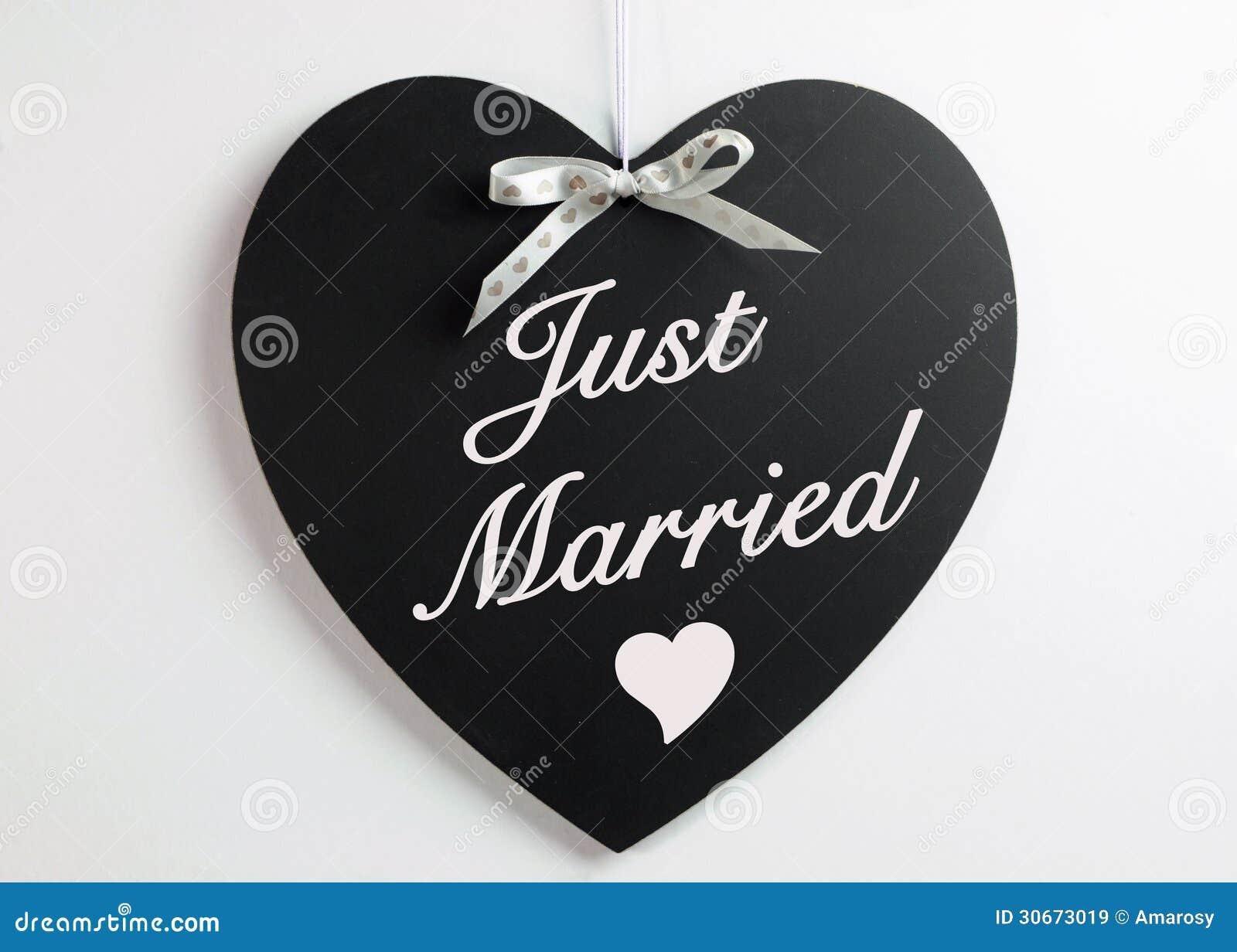 tableau noir de forme de coeur avec le ruban blanc de coeurs sur un fond blanc avec juste le