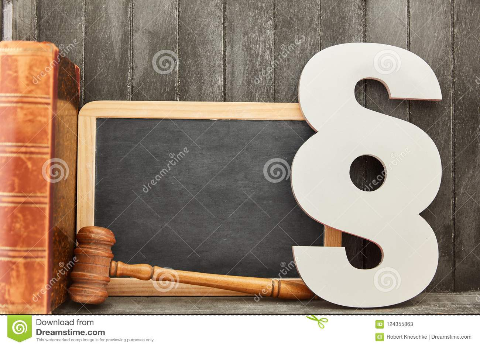 Tableau noir et concept de loi avec le paragraphe et le marteau de juge