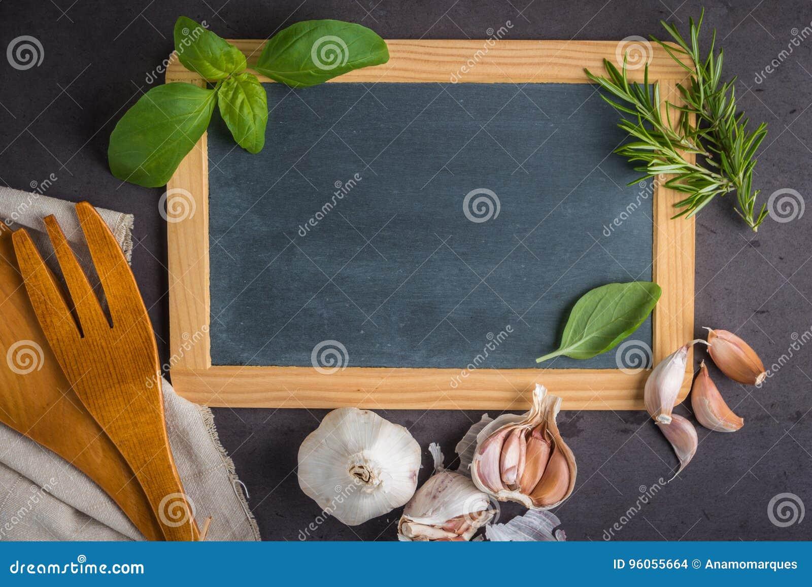 Tableau noir pour votre texte, herbes fraîches de jardin sur la table en pierre bas