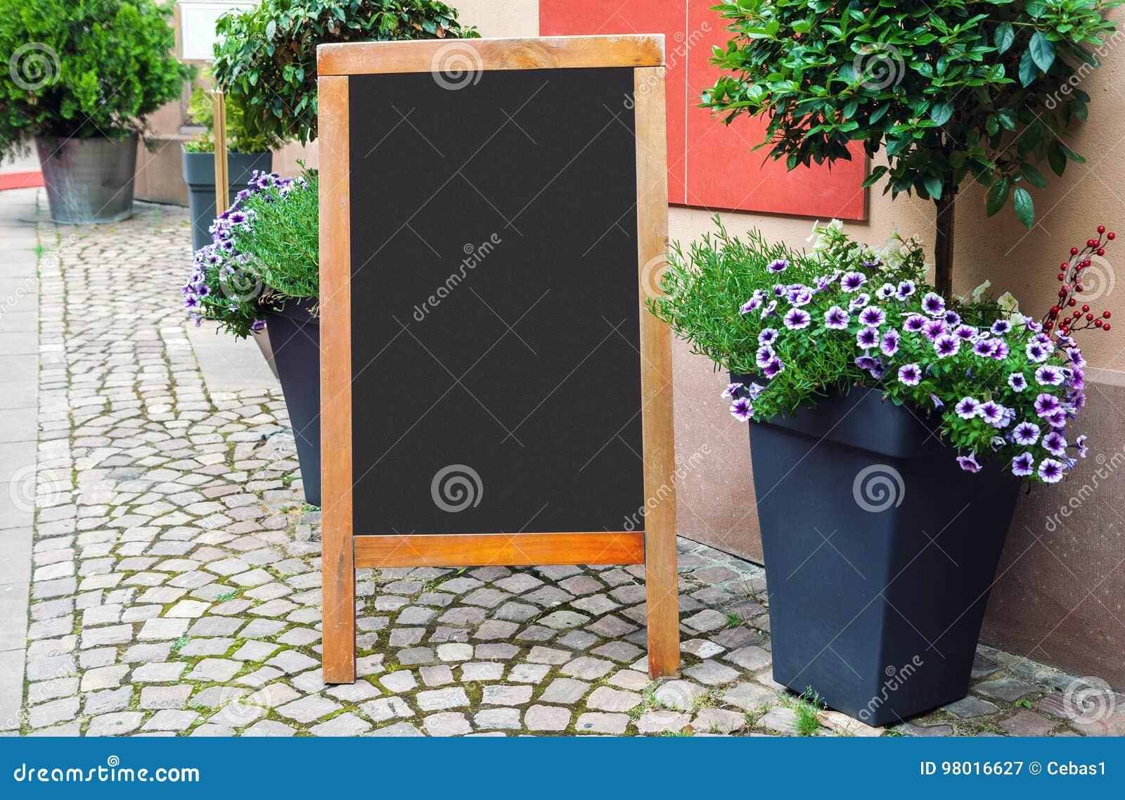 Tableau noir vide de menu sur la rue