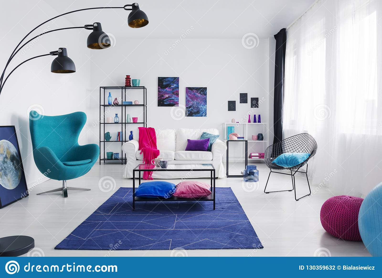 Tableau sur le tapis bleu c t du fauteuil dans l Salon avec fauteuil