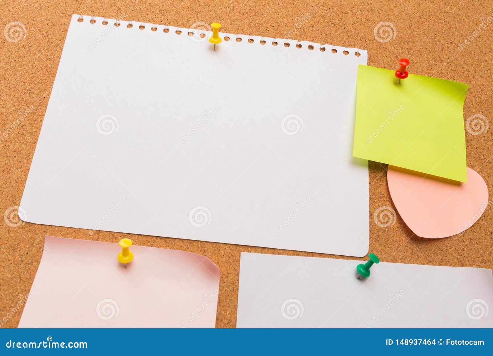 Tablero con las notas en blanco coloreadas fijadas - imagen del corcho