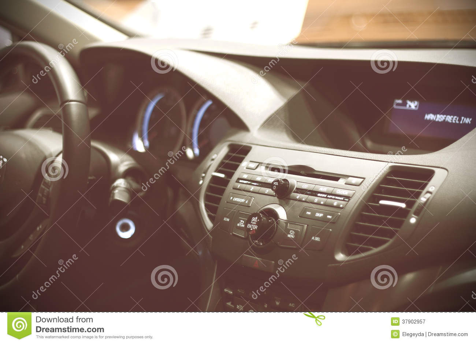Tablero de instrumentos de un coche de deportes