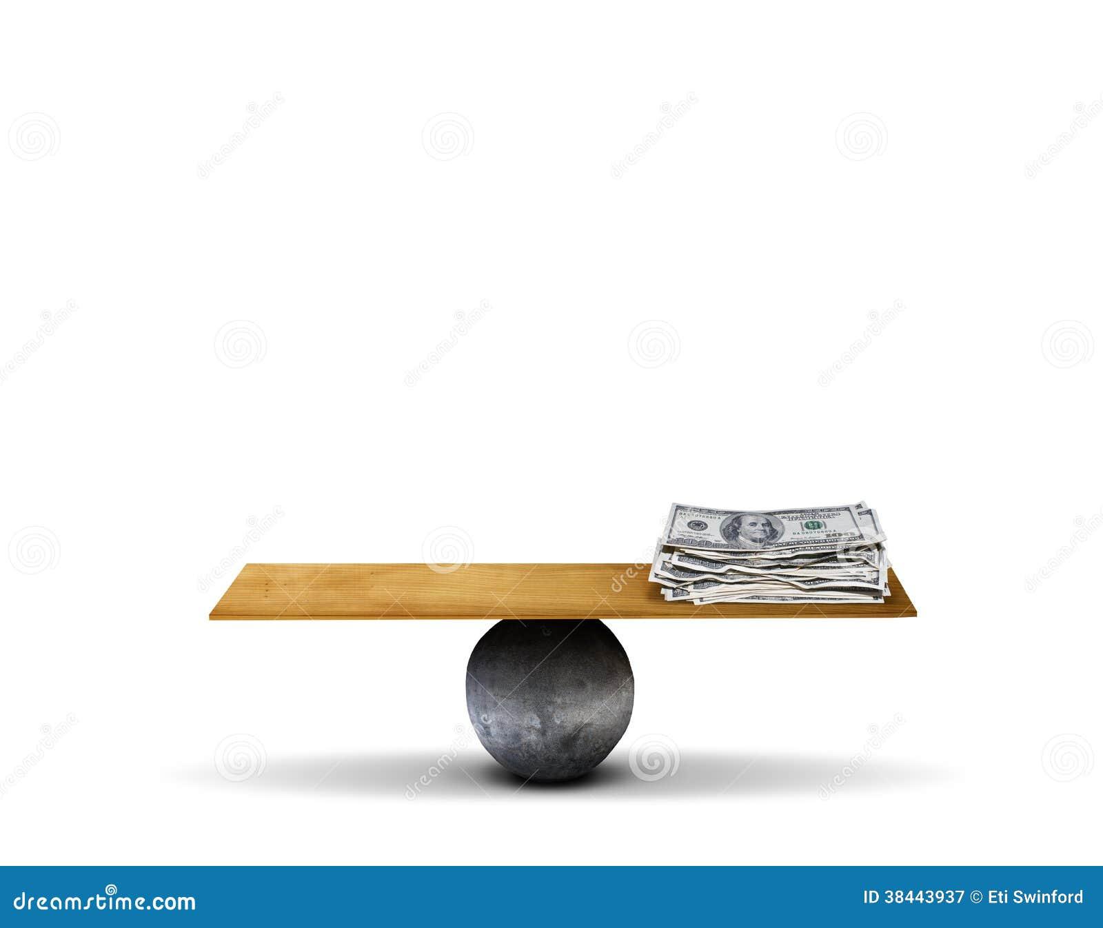 Tablero de la balanza con el dinero