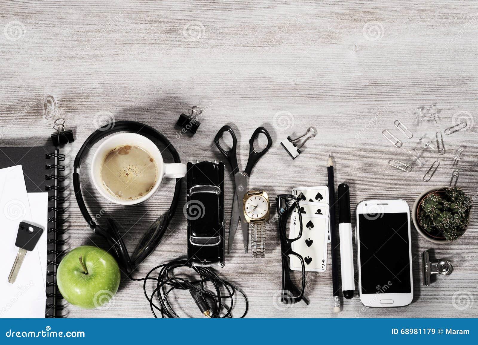 Tablero de la mesa del negocio del encargado con los objetos de la oficina