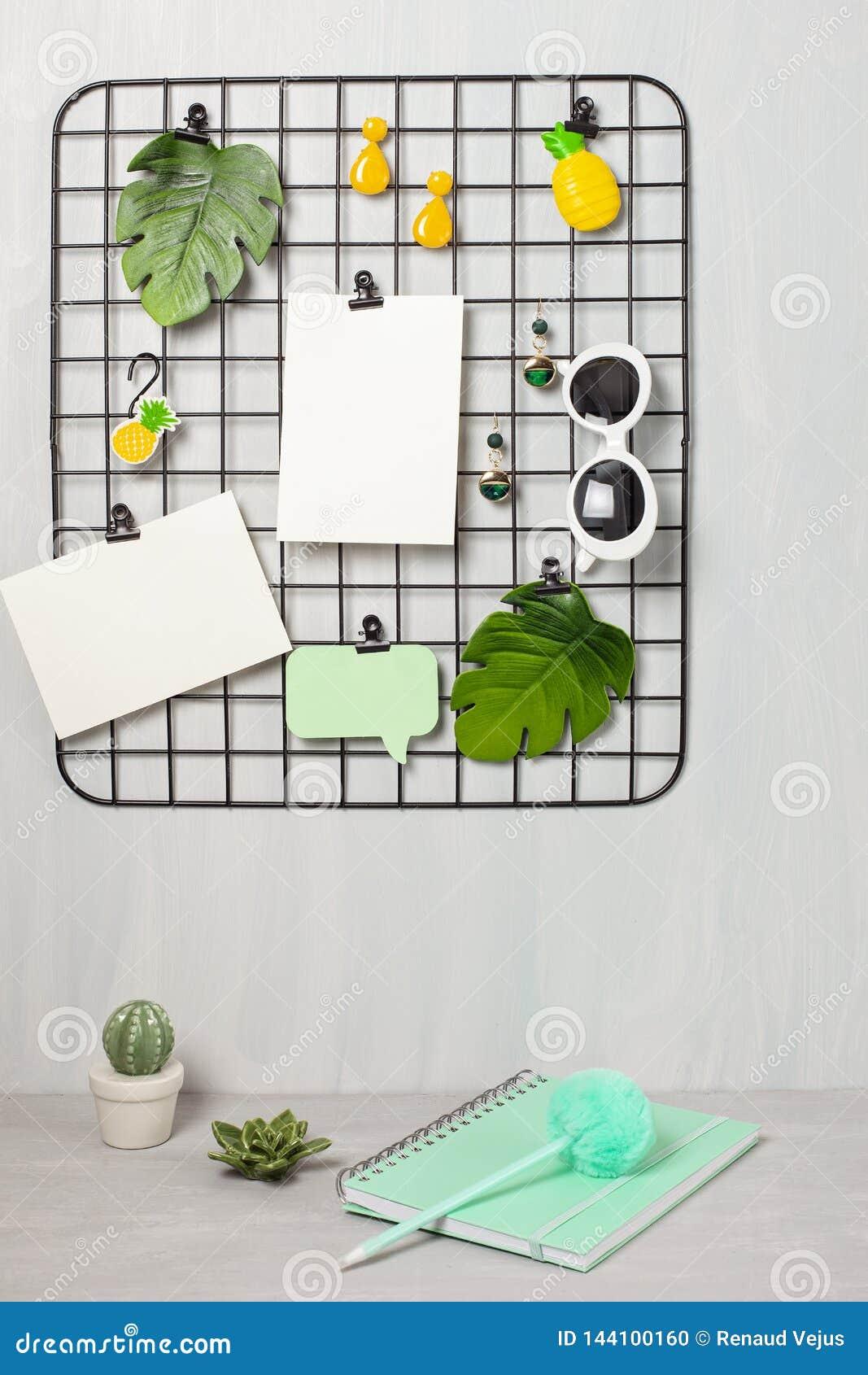 Tablero de la rejilla del alambre con la muchacha  los 'accesorios y tarjetas de s para las citas inspiradas