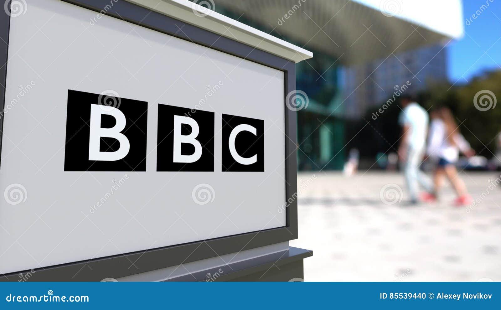 Tablero de la señalización de la calle con el logotipo británico de la BBC de la corporación de radiodifusión Centro borroso de l