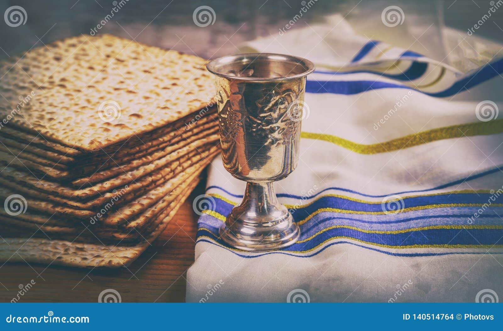 Tablero de madera del pan judío del día de fiesta del vino y del matzoh de la pascua judía