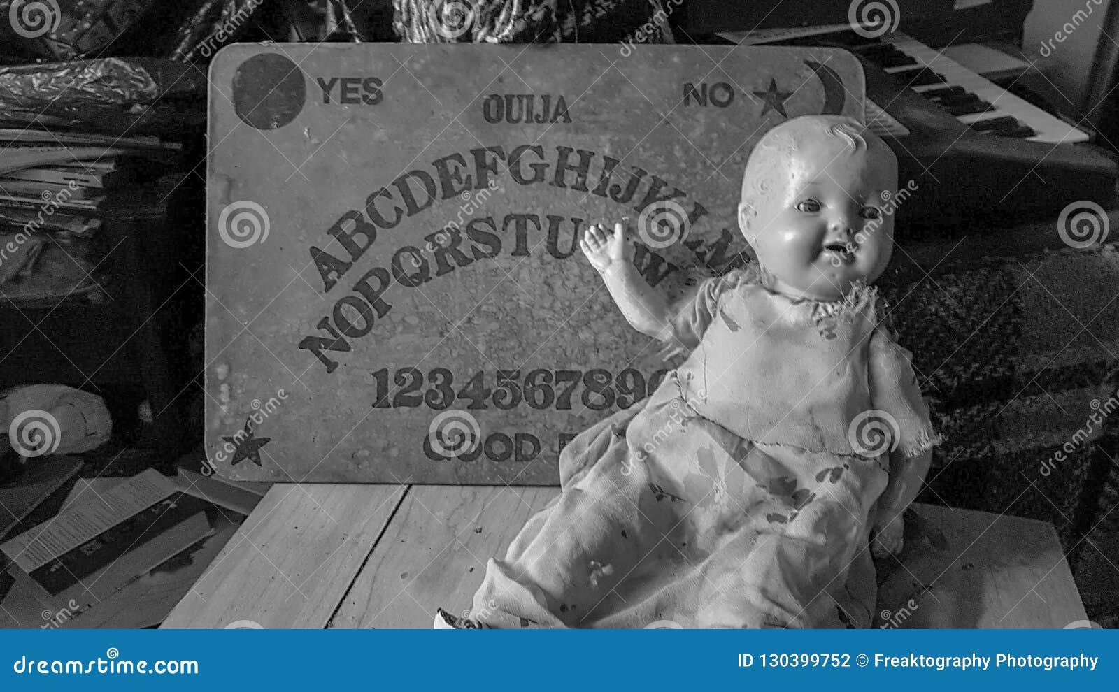Tablero de Ouija y muñeca espeluznante