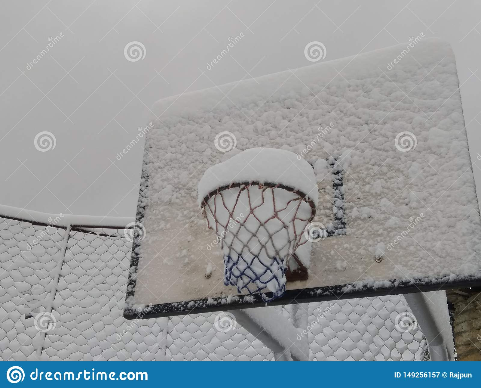Tablero del baloncesto con nieve en pueblo del tikot