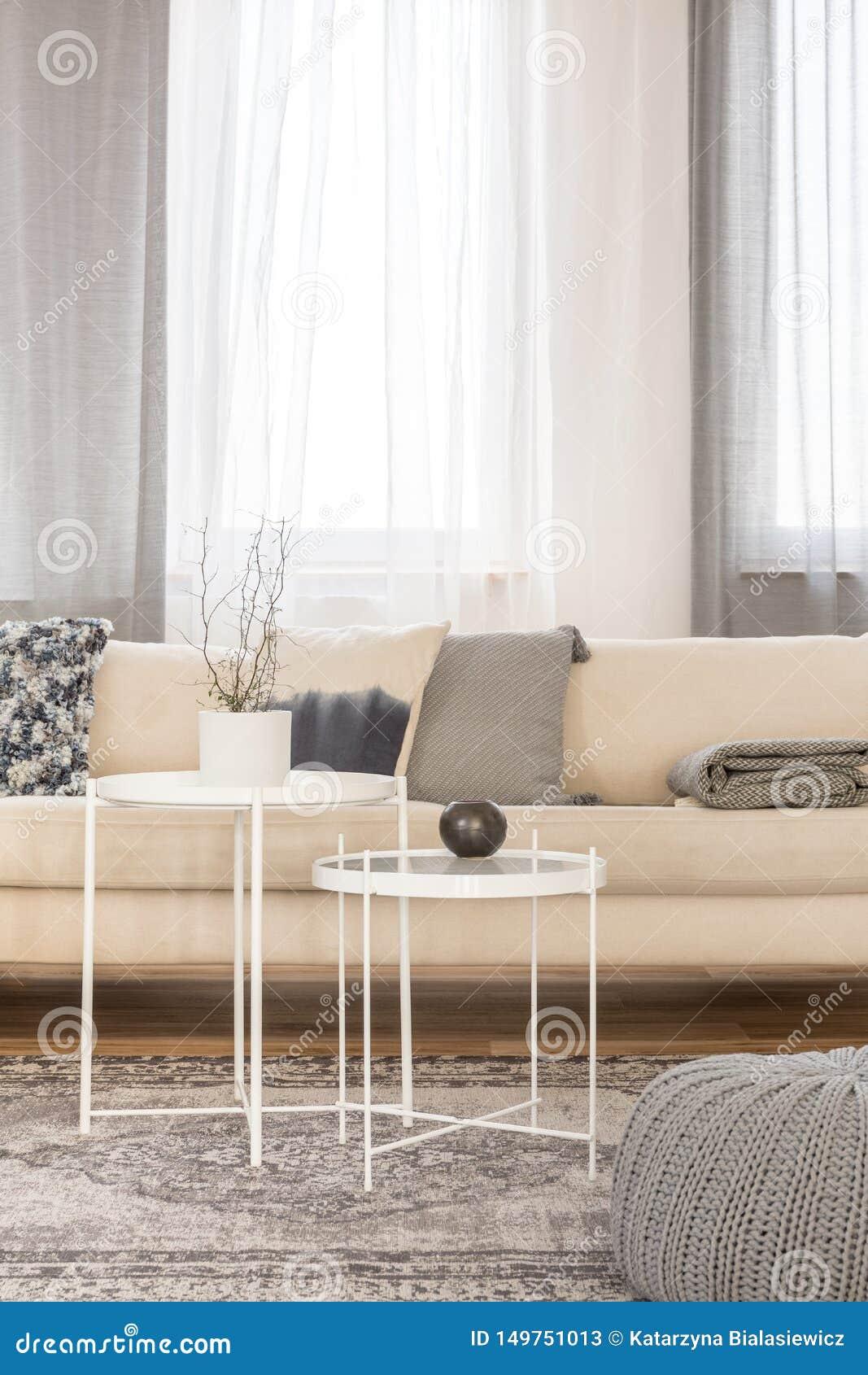 Table Basse Grand Salon tables basses industrielles blanches dans le salon lumineux