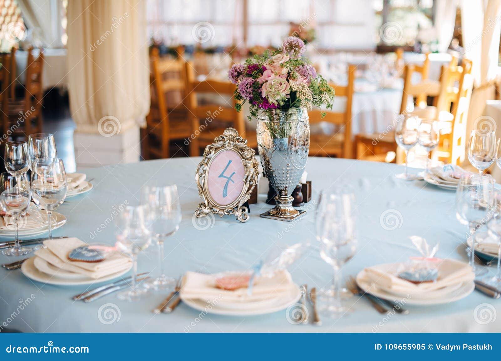 Couleur Avec Bleu Ciel tables décorées dans la couleur bleu ciel avec le vase