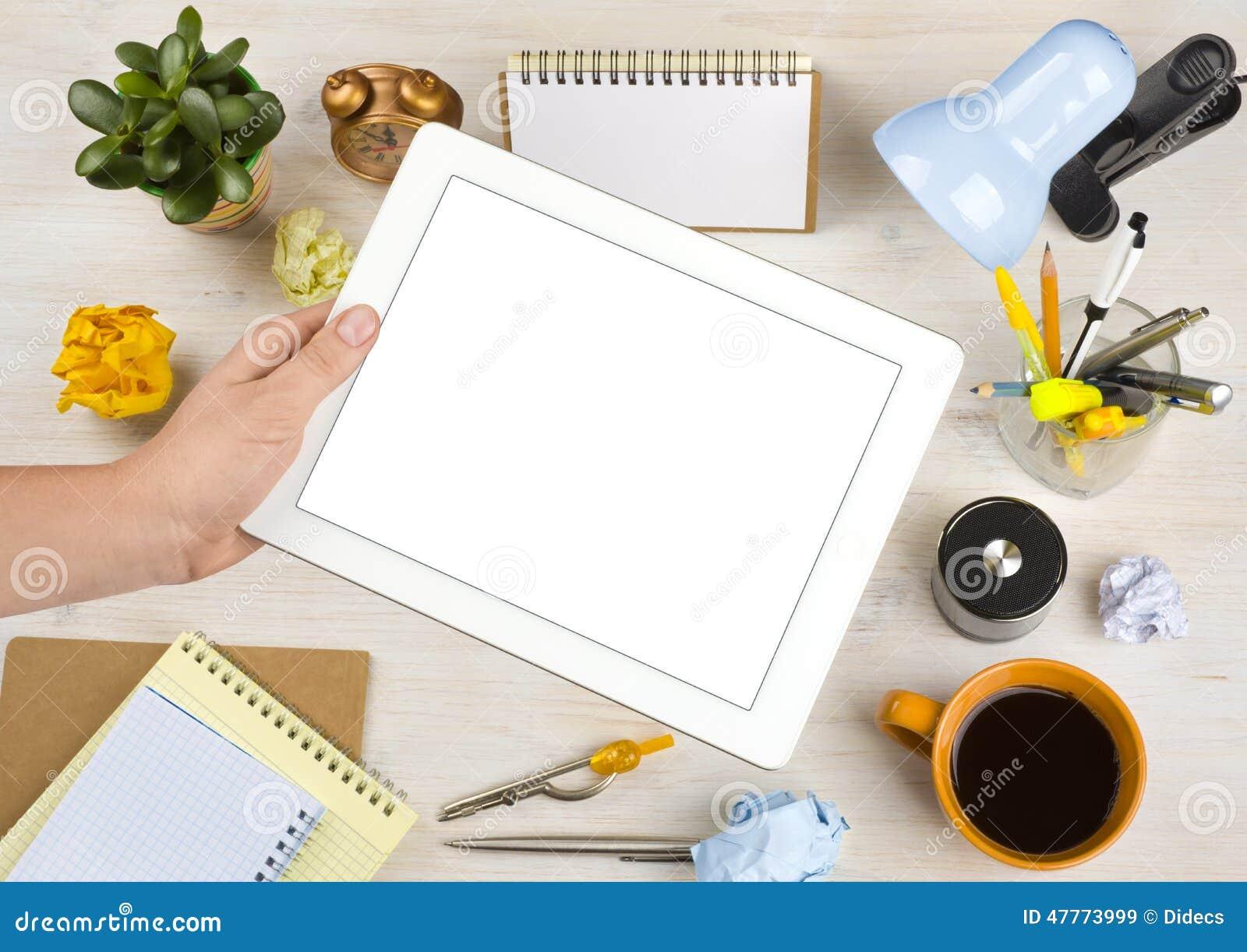 Tablet Computer Des Leeren Bildschirms über Schreibtischhintergrund