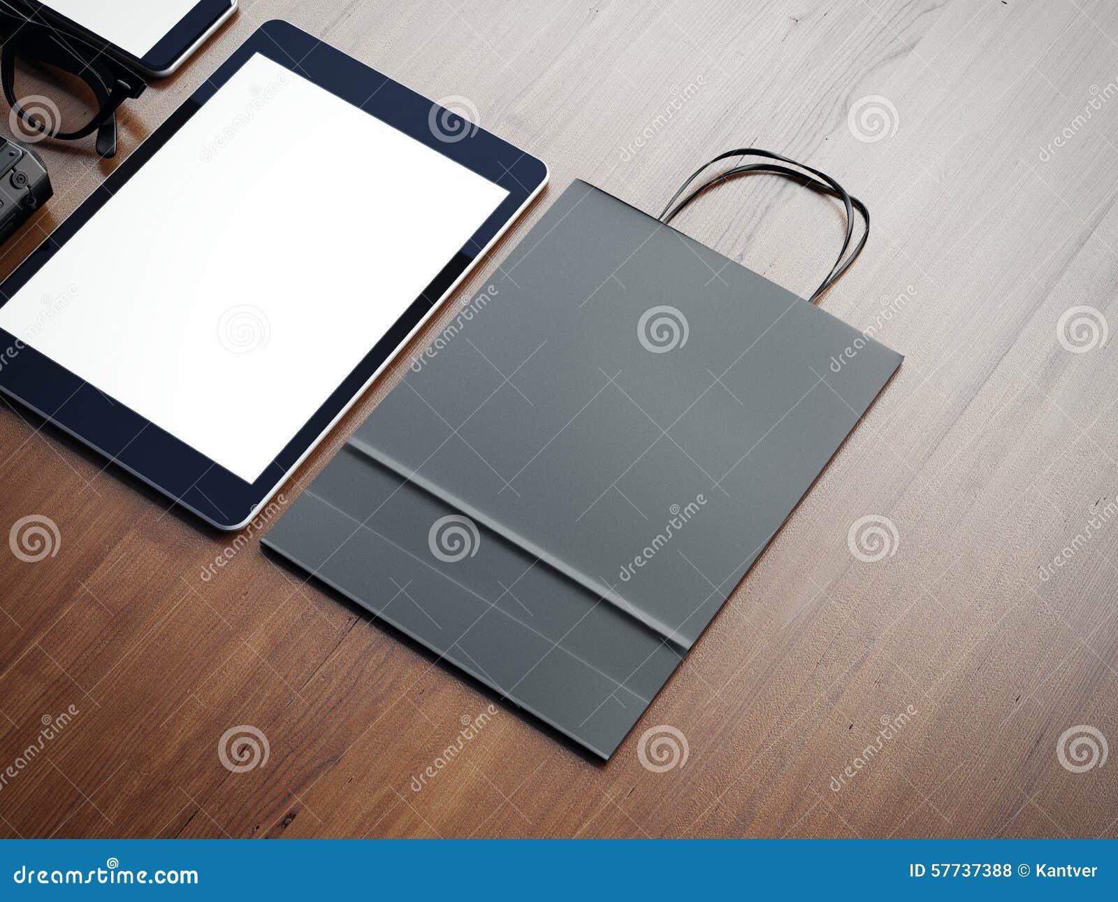 De Papieren Zak : Tablet en papieren zak op de houten achtergrond d stock foto