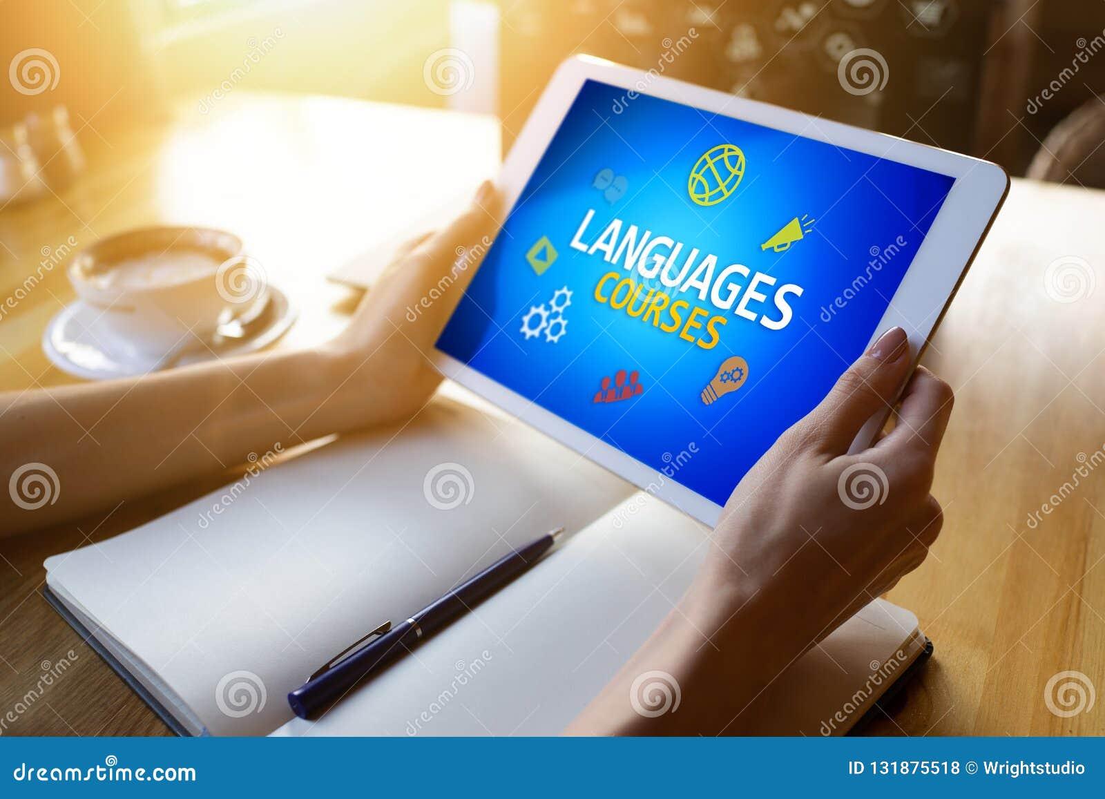Tablet mit Sprachkursen simsen und Ikonen auf Schirm Englisch, das online lernt getrennte alte Bücher