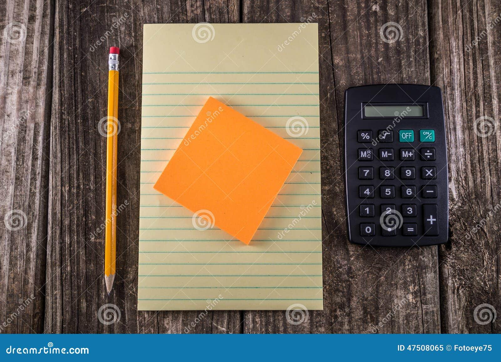 Tableta amarilla en el escritorio del vintage