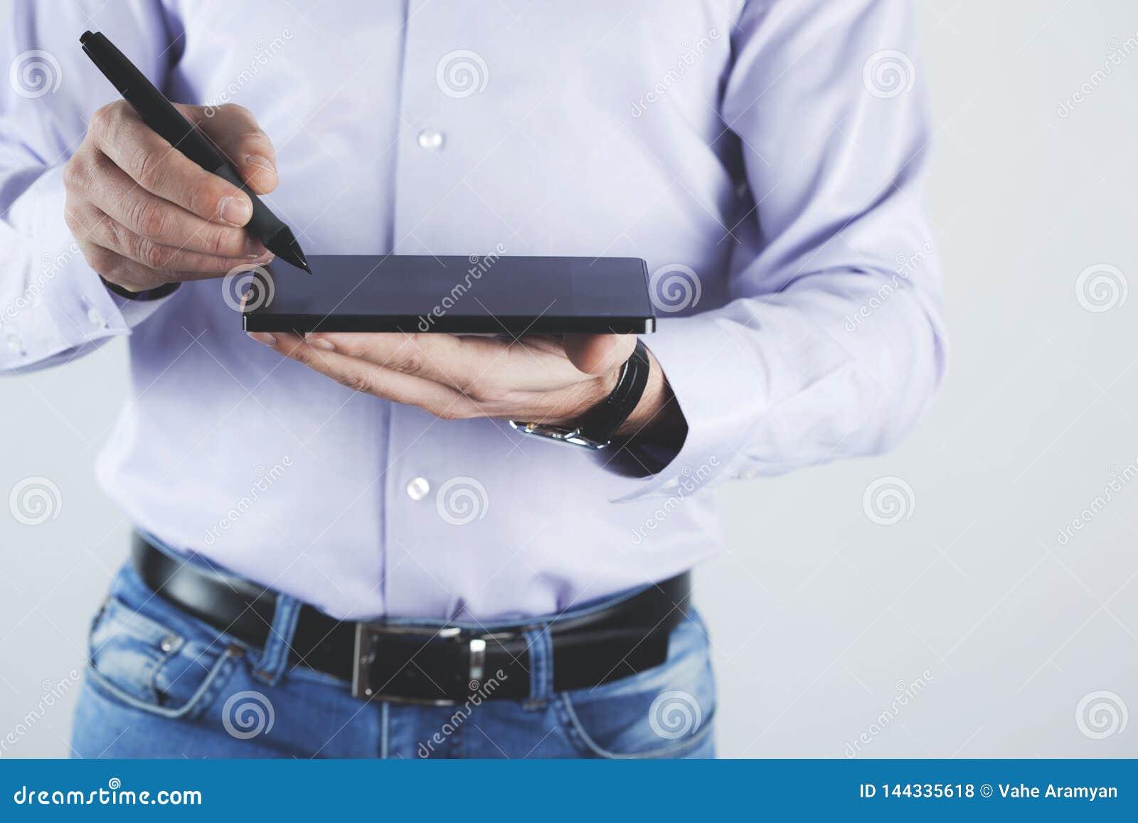 Tableta de la mano con la pluma
